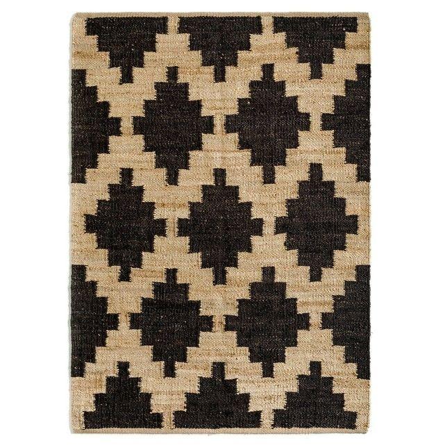 Le tapis Carbone style tressé. On aime son côté graphique et ses coloris naturels.Isolant thermique et phonique naturel, le tapis recompose l'espace, réchauffe une pièce, crée un sentiment de bien-être, de confort. C'est un élément de décoration qui apporte style et ambiance.Composition :- Tapis en jute.Caractéristiques- Type de fabrication : Tissé main- Poids : 3000 g    EntretienAspirer régulièrement. Nettoyer immédiatement les tâches avec un chiffon mouillé et propre. Nettoyage à sec…