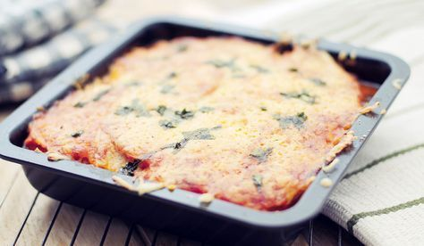 Lasagne van knolselderij en pompoen- Ik heb een super lekker recept gemaakt! Een vegetarische lasagne van knolselderij en pompoen. Deze twee heerlijke groentes met een zoete smaak dienen als lasagne bladen. De lasagne saus heeft als basis trostomaten en verse basilicum. Oeioeioei dit smaakt echt verrukkelijk!