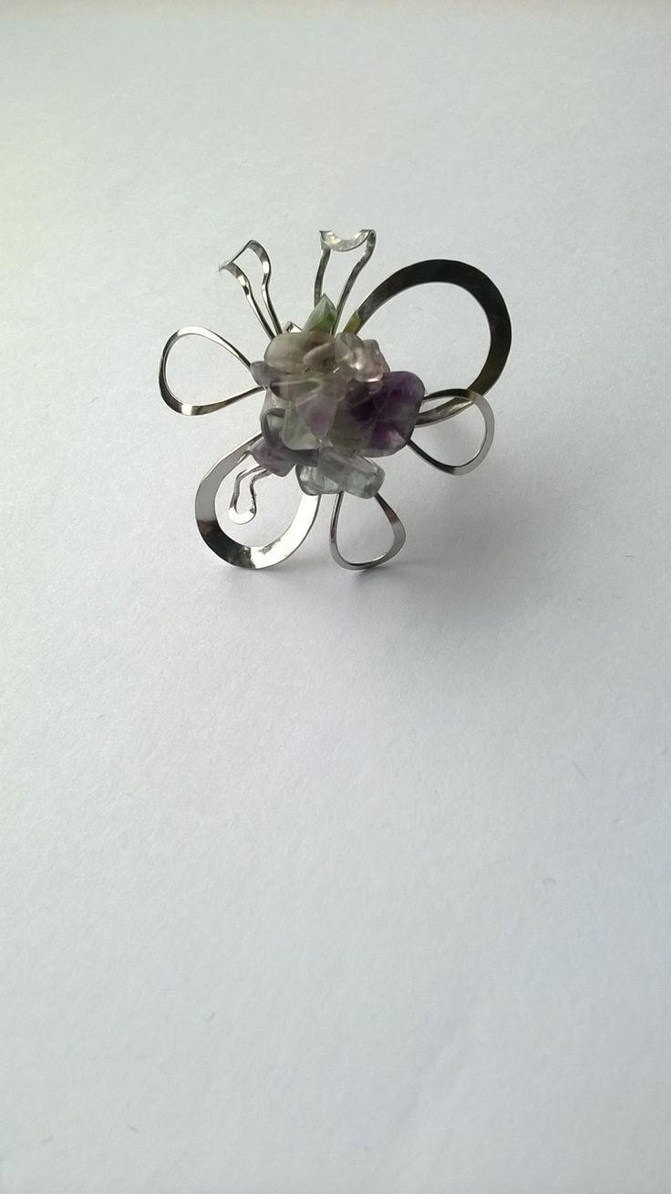 """Prsten+Nr.118+květ+s+fluoritem+Autorský+šperk.+Originál,+který+existuje+pouze+vjednom+jediném+exempláři+z+kolekce+""""Variací+na+květy"""".Vyniká+svou+lehkostí,+jedinečným+výrazem,+kouzelným+prostorovým+tvarem+a+jemnou+barevností+fluoritových+zlomků.+Prostorový+tvar+vždy+vypadá+velmi+lehce,+vzdušně,+zajímavě+a+na+ruce,+která+je+v+pohybu+jakoby+ožívá.+Pro+ženu+velmi..."""