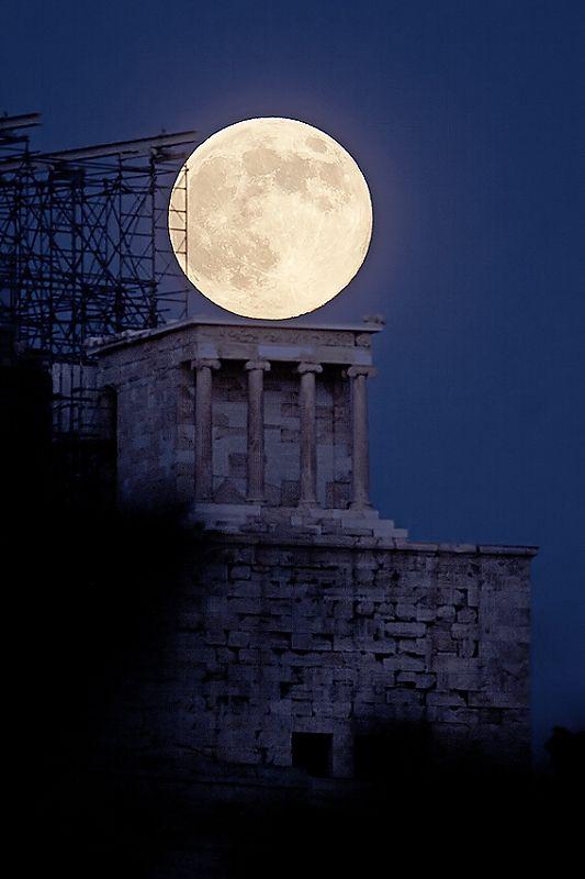 Luglio 2013 di luna piena in aumento contro il Tempio di Atena Nike (427-424 aC) presso l'Acropoli di Atene.  Full Moon aumento oltre il Tempio di Atena da Anthony Ayiomamitis