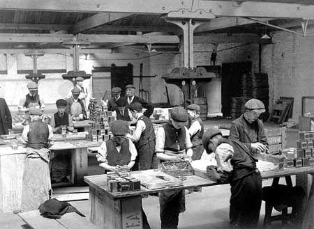 Children packing tea at Butlers Wharf, London c 1910
