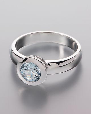 Exklusiver Aquamarin-Silberring  - Der Aquamarin wurde in Mosambique gefunden. Der Stein, über einen halben Zentimeter groß, bietet über ein halbes Karat. Er sitzt in einer dezenten Zargenfassung.   Der Ring ist aus edlem Silber gefertigt. Das 925er Sterlingsilber wurde rhodiniert und hochglanzpoliert. Die Rhodinierung sorgt für einen Anlaufschutz und für einen kühlen Weißgold-Look.  Die Ringschiene ist maximal 4 mm breit und somit sehr trageangenehm.  #schmuck #ring #aquamarine #silber