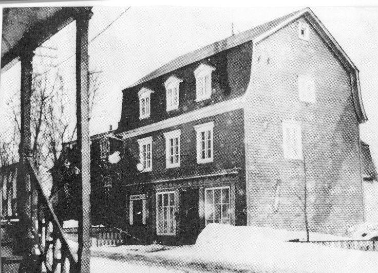 Le cœur de Saint-Thomas | La maison Maxime-Dubé, construite avant 1877, est un bel exemple de la maison artisan. Elle a connu plusieurs occupations. © Société d'histoire de Montmagny.