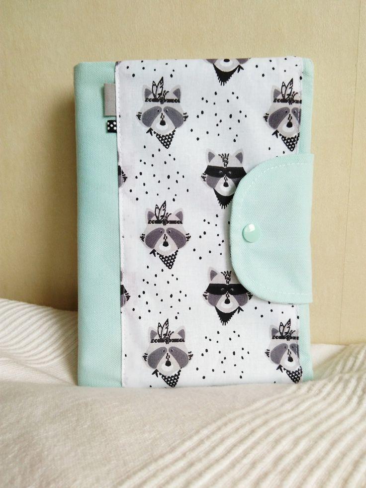 Protège carnet de santé personnalisable tons vert d'eau et blanc motifs ratons-laveurs : Puériculture par cecaroquafait