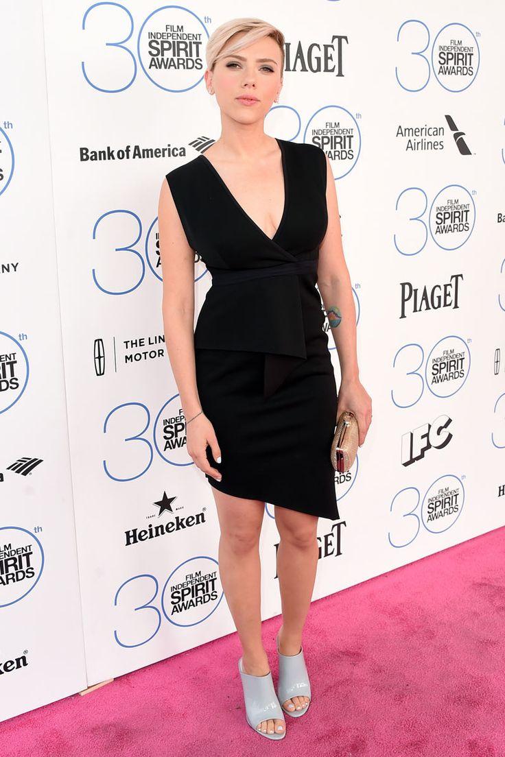 Scarlett Johansson Pre-Fall 2015 de Bec & Bridge, clutch dorado y unos originales mulés de Pedro García. Un maquillaje bronceado y manicura a juego con el color de los zapatos definían el effort-less chic sobre la alfombra rosa.2015 Film Independent Spirit Awards