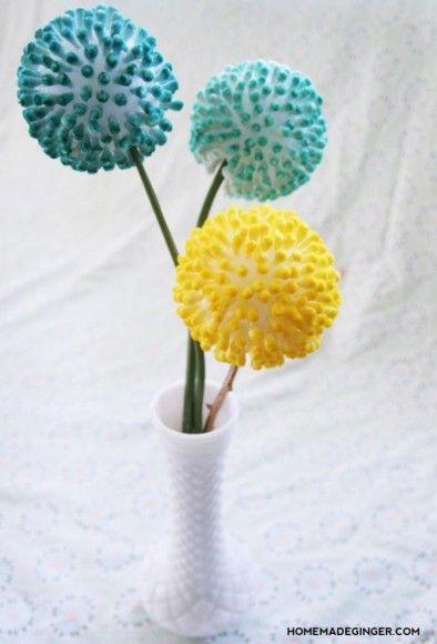 Fleur faite avec des cotons-tiges plantés dans une boule de styromousse.