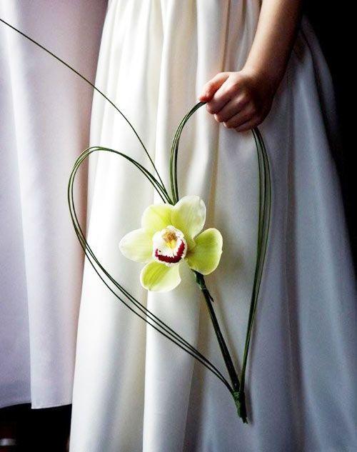 Pas envie d'un bouquet classique ? Pourquoi ne pas choisir votre fleur favorite (ici l'orhidée) et la sublimer à l'aide d'un feuillage en forme de coeur ?