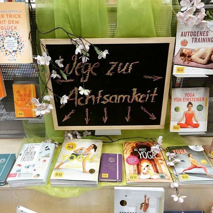 """""""Wege zur Achtsamkeit"""" - schaut euch unsere aktuelle Auslage rund um das Thema Yoga Glück und Wohlbefinden an.  _ Wie steht Ihr zum Thema Yoga? Seid Ihr leidenschaftlich dabei oder habt Ihr es noch nie probiert? _ Was macht Ihr sonst damit es euch und eurem Körper gut geht? _ Wir wünschen euch eine schöne Woche! _ #lesestoff #lesen #lesenmachtglücklich #buch #bücher #bücherliebe #buchvorstellung #bookstagram #instabook #buchhandlung #Radwer #lieblingsladen  #books #book #reading #yoga…"""
