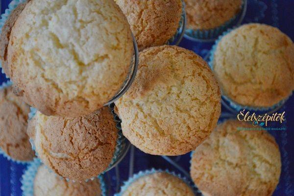 Sokféle változat létezik muffinra, szeretjük, hisz nemcsak változatosan készíthető, de gyorsanki is keverhető - sütésben rutintalanabbaknak is sikerélményt ad. A legtöbb muffin 2-3 tojással, margarinnal vagy olajjal készül. Az alábbi kókuszosváltozat viszont csak egy tojást igényel és a zsiradékot tejföllel helyettesítjük. Két-három perc alatt kikeverhető, sütéssel együttfél óra alatt elkészül. Ha van egy kis időnk, a tetejét csokimázzal vonhatjuk be, de önmagában is finom - kávé, kakaó…