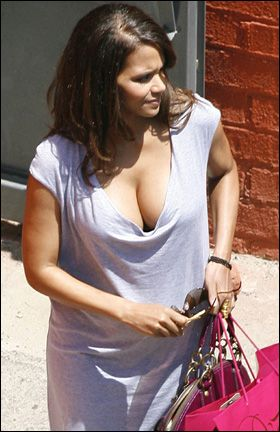 Halle Berry Pregnant Breasts 32