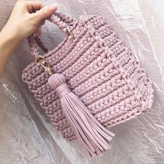 Хоть лето и закончилось, но Пыльная роза всегда актуальна На эту модельку меня вдохновили Dior со своими нереальными сумочками ❤️ Как вам? Мне очень нравится ✨ цвет Пыльная роза ✨ размер 20/10/20 ✨фурнитура золото ✨ съемная кисточка ✨ по желанию можно добавить цепочку через плечо Сумочка в наличии Возможен повтор в другом цвете по поводу заказа пишите в Директ __________________________________ #вналичии_kari #сумкадиор #dior #сумка #ручнаяработа #вязанаясумка ...