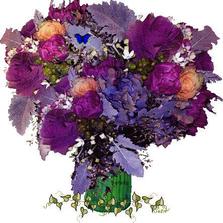 Figura com arranjo de flores roxas em vaso verde