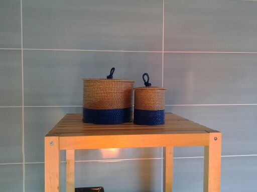 Contenitori in spago e acrilico blu