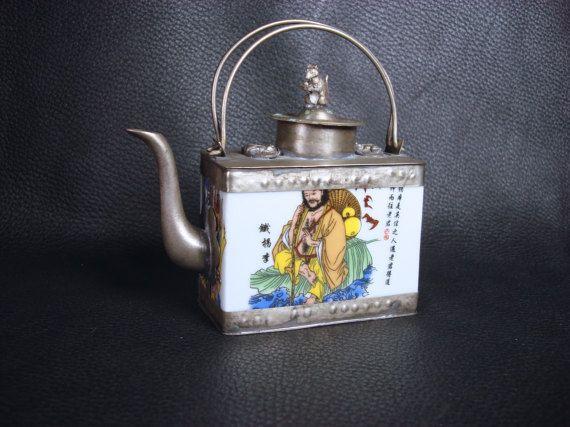 Antigua porcelana asiática y tetera de lata 70