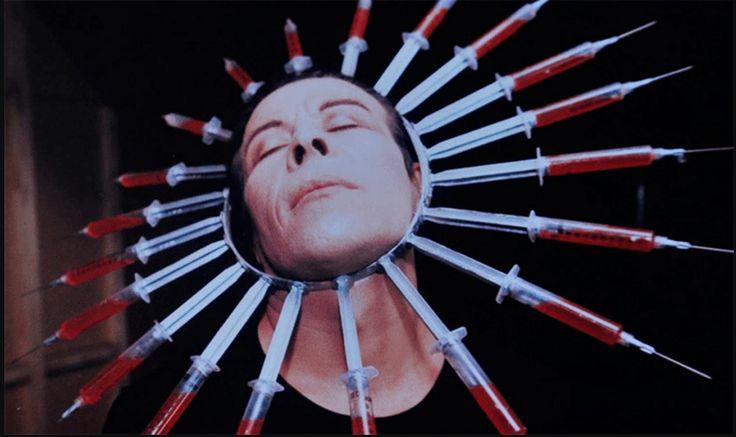 Pedro Lemebel (1952-2015), escritor y artista chileno, llevó a cabo operaciones literarias y performáticas con la fotografía. En este ensayo se analizan dos de sus obras: Loco afán. Crónicas del sidario (publicado en 1996) y Lo que el SIDA se llevó, exhibición de las Yeguas del Apocalipsis en 1989.