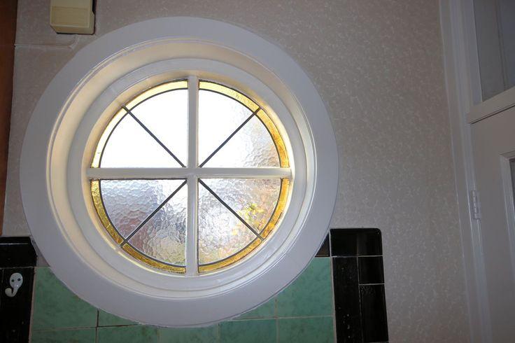 Jaren30woningen.nl | Mooi rond glas in lood raam in de hal van een jaren 30 woning