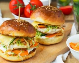 Hamburger dinde et légumes à la thaïe : http://www.fourchette-et-bikini.fr/recettes/recettes-minceur/hamburger-dinde-et-legumes-la-thaie.html