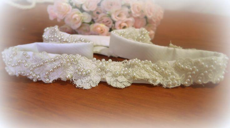 Cinto de raso bordado con encajes y perlas.