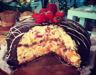 Bomba de chocolate rellena con crema, duraznos y frutillas - Receta: Cocineros argentinos