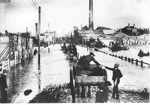 PH 8585. Flood waters in Chapel Street, north of Toorak Road, 1891.