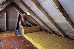 Dämmung Decke: Die oberste Geschossdecke zu isolieren ist erheblich günstiger als das komplette Dach zu dämmen.