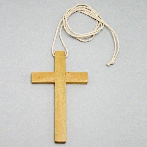 Croce Prima Comunione  Realizzata in legno (10 x 6 cm) da indossare sulla tunichetta. La croce e' corredata di cordino (laccio) bianco. Prodotto made in Italy.