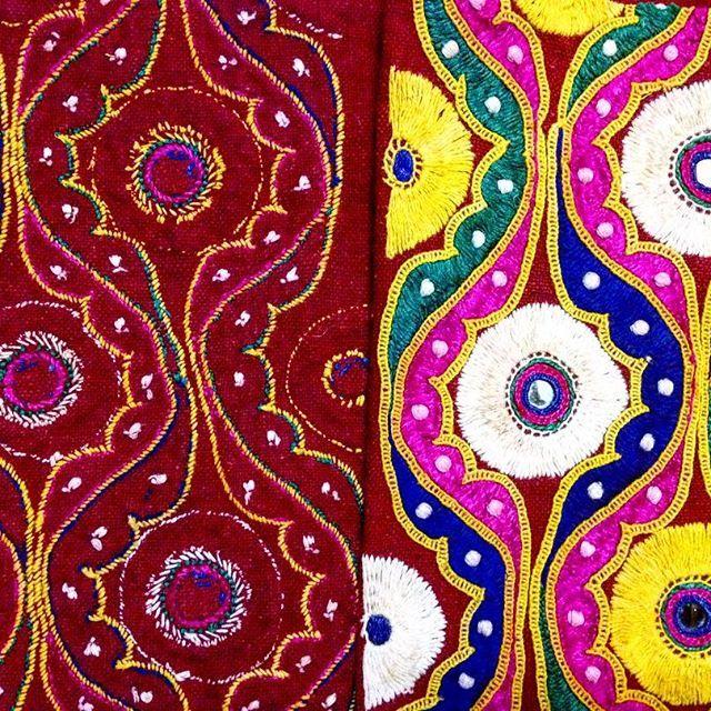 The back side and front side of an embroidery which was handmade by tribal women from India. Isn't it amazing how a few threads can create such beautiful designs? Truly inspiring 💛💛💛  🇧🇷🇧🇷🇧🇷O verso e a frente de um bordado que foi feito à mão por mulheres tribais da Índia. Não é incrível como algumas linhas podem criar desenhos tão lindos? Realmente inspirador 💛💛💛