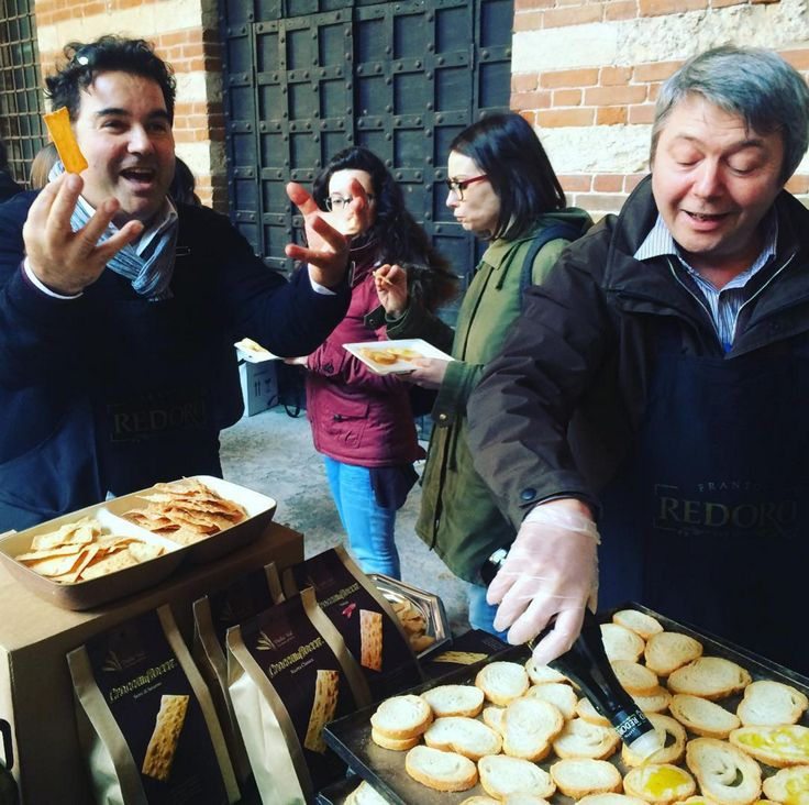 """Picture feeling: """"We believe in everything we do""""- Meeting #seoandlove Verona... Redoro Frantoi Veneti offers typical food and extravirgin olive oil on warm bread! Top!!!!"""
