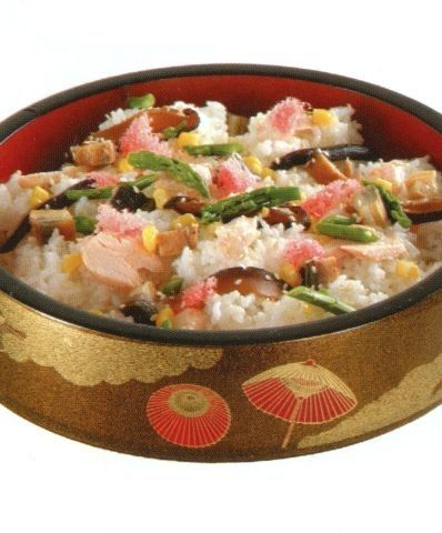 Охинасама чираши (Лосось — грилированный угорь) Чираши — суши — рис с топпингом, который подают на стол в суши — оке (традиционной миске для суши); Оханисама хинамацури — День девочек. Традиционное блюдо украшают цветами вишни, которая зацветает как раз в марте, когда и празднуется этот день.