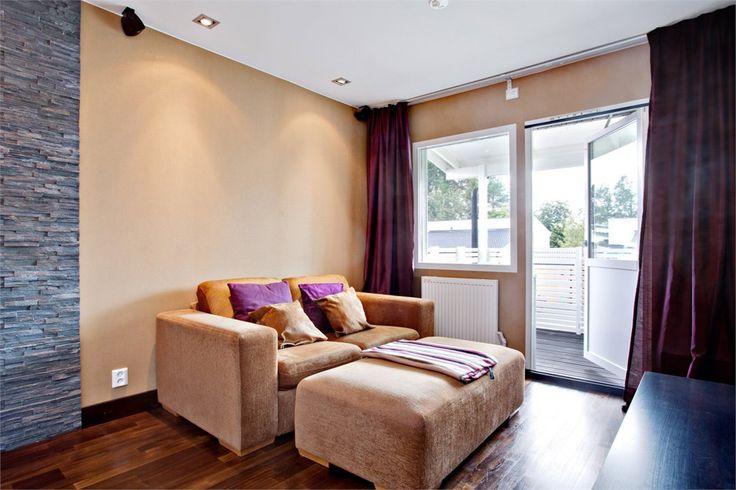 """""""Master bedroom"""" byggdes om 2009 till ett stort rum med en upphöjd plats för sängen och vid sidan av denna en soff- och TV-hörna. Utgång till balkong. Osynlig kabeldragning till surroundanläggning. Smart förvaring har byggts in i väggen bakom sängen. Tapet på väggarna och parkett i oljad amerikansk valnöt. Dekorativ stenvägg med en liten gelékamin. Infällda dimbara spottar avdelade i olika sektioner."""