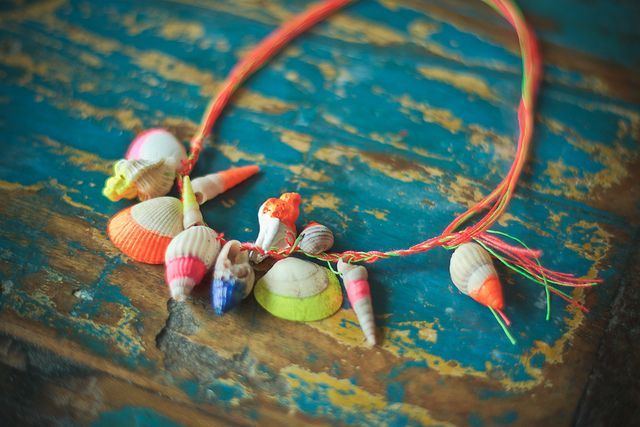 Neon painted shells necklace. Tutorial in French by Fais le toi même...April in Amsterdam loves it!...