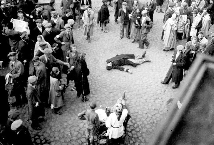 a corpse lying in the middle of the street in the Warsaw Ghetto