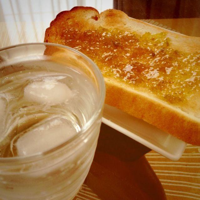 うっかり漬けた時の写真を撮り損ないましたが、先月に梅酒を仕込んだあとに調子に乗ってシロップも作ってみました。 ❶の酢を入れるレシピで♥ 漬け加減がよくわからず、4週間近く寝かせてたみたいです。 今朝はそれをソーダで割ったジュースと、取り出した梅で作ったジャムを塗ったトーストで朝ごはん。 梅バンザイ(✩•⌔•✩) ̷.∗̥⁺˚♪  これでこの夏頑張って乗り越えます。 ステキレシピありがとうございます - 32件のもぐもぐ - Sasaさんの  手摘みの梅で梅シロップ  をつくってみた(●'w'●) by 佐倉