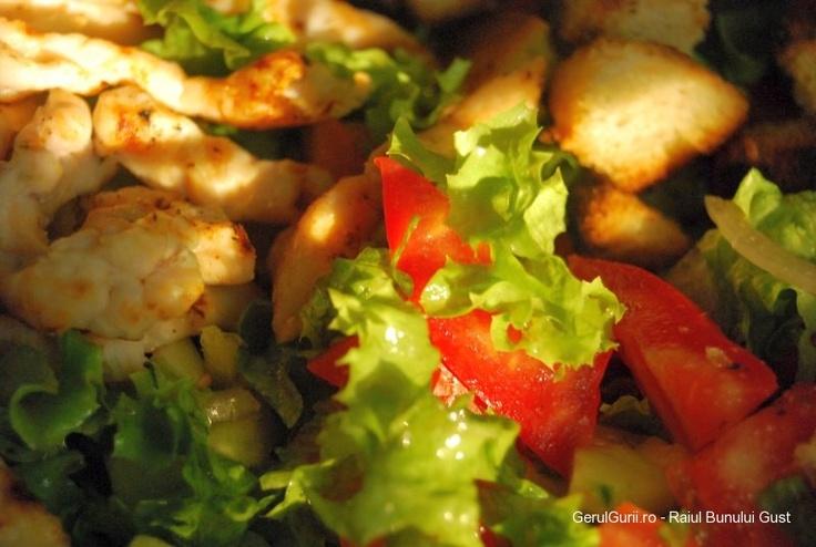 O reteta de salata de vara clasica innobilata cu crutoane si bucatele de piept de pui la gratar.