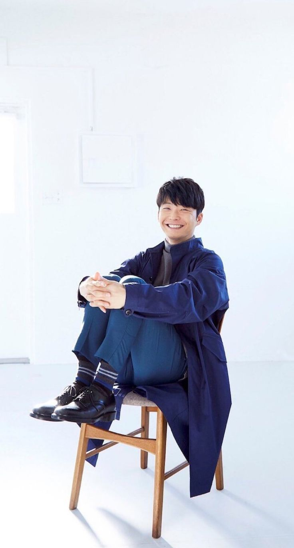 紺のコートで椅子に座る星野源の壁紙