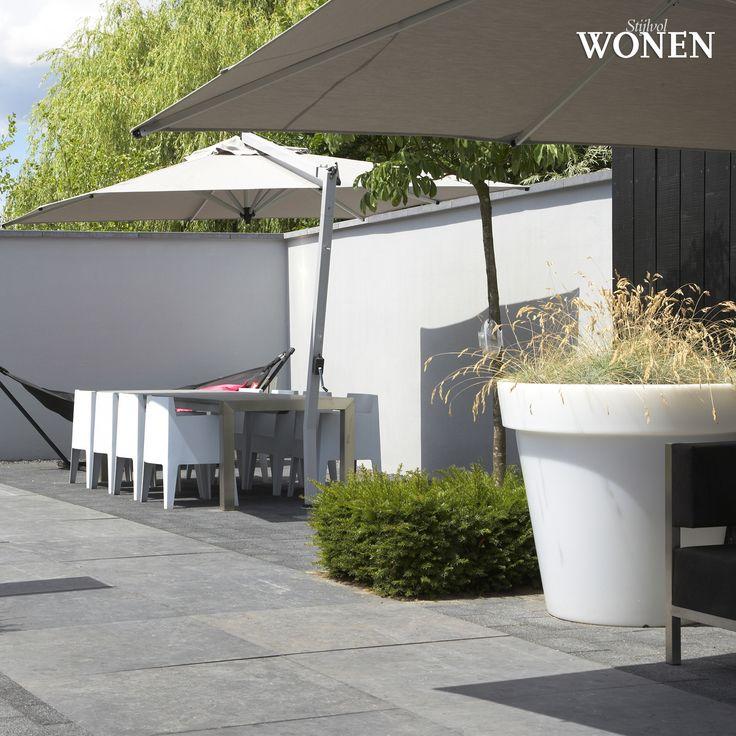 Stijlvol Wonen: het magazine voor warm-hedendaags wonen - ontwerp: Hendriks Hoveniers - fotografie: Sarah Van Hove, Dorien Ceulemans, Jonah Samyn #outdoor #terras #tuinset #parasol #muur #tegels #pot