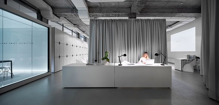 associating the project to a blank sheet of paper, the studio transforms the space into an all-white minimalist hub with a multi-functional auditorium.