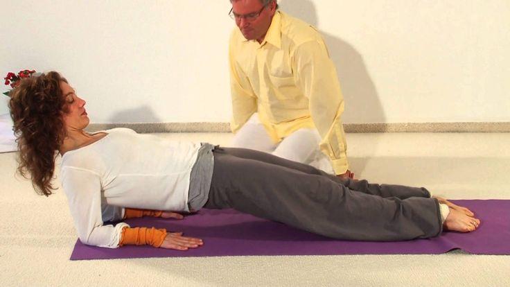 Dies ist die erste Kursstunde des zehnwöchigen Yoga Vidya Anfängerkurses und damit der Beginn einer Reihe von über 30 Videos, mit denen du Yoga ganz systematisch lernen kannst. Der Kurs ist so gedacht, dass du jede Woche mit dem Kursstunden-Video beginnst, und die folgenden Tage entweder mit dem kurzen oder langen Praxis-Video übst. Eine Woche später übst du dann mit dem neuen Praxis-Video.