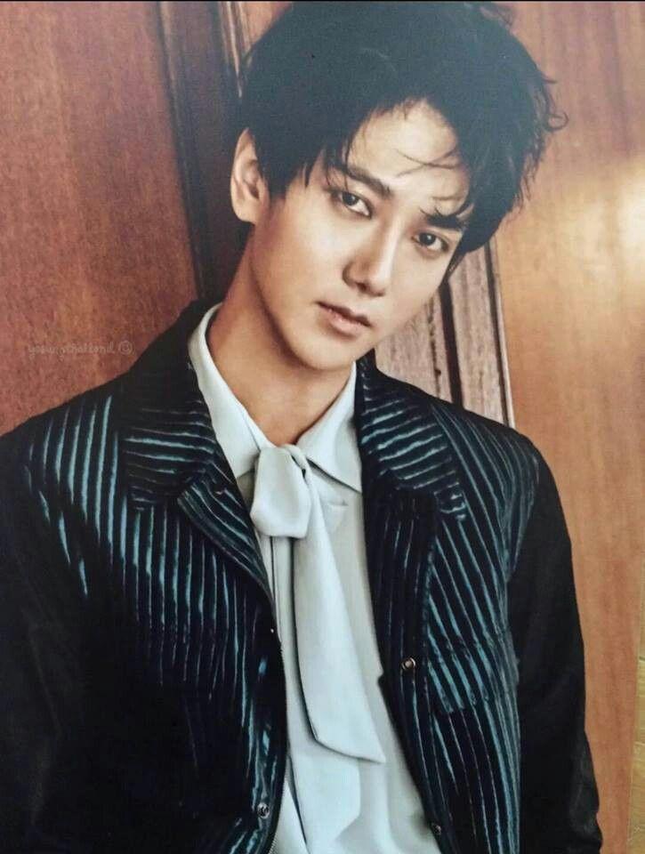 """Nome: Kim JongWoon (김종운) Nome Artístico: YeSung (예성) Significado do nome YeSung: Significa """"voz artística"""", e deriva da frase """"예술가의 성대"""", que significa """"cordas vocais de um artista"""" Fandom pessoal: Clouds (porque parte de seu nome significa nuvem) Nascimento: 24 de agosto de 1984, em Chunahn, província de Choongchung do Sul Irmãos: um irmão mais novo, Kim JongJin (1987) Apelidos: Cloud (nuvem), porque a primeira letra de seu nome em chinês significa 'nuvem'. Cachorro (do zodíaco chinês). Cão…"""
