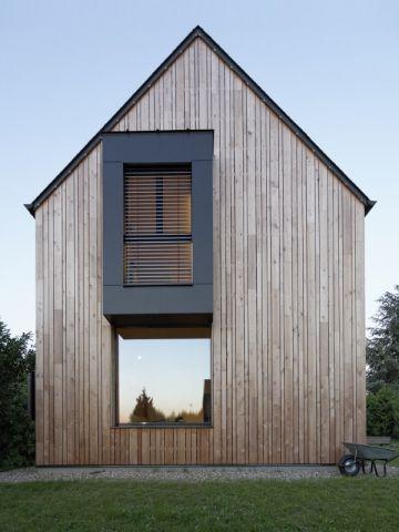 Dans les Yvelines, un couple de propriétaires a fait construire une maison passive inspirée de l'architecture japonaise. Cette maison au design particulier ne consomme que 14KwH/m2/an. Visite. #maisonAPart