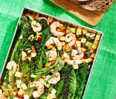 Chilimarinerade nektariner, grillad sallad och dragondoftande räkor är ingredienserna i den här suveräna salladen. Den vackert grönrosa salladen är en upplevese för både gom och öga. Serveras ljummen som förrätt eller som lättare huvudrätt.