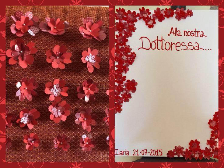 Cartellone per dediche con fiori di carta effetto 3D. Fiori su polistirolo ricoperto da cartellone bianco tenuti uniti da spilli con testa perlata.