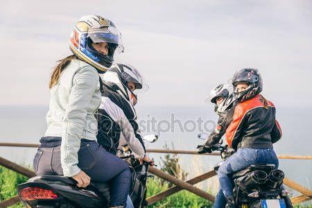 Baixar - Duas motos dirigindo na natureza — Imagem de Stock #71364747