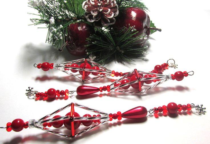 Vánoční ozdoba _ Vřeténko červenostříbrné Vánoční ozdoba . Použity kroucené tyčky , tyčky,červené farfale,korálky červené a voskovka ve tvaru slzy. Ukončeno postříbřenou vločkou.Délka cca 14 cm.Vhodné k zavěšení na stromeček , na větvičku. Krásný dárek :D