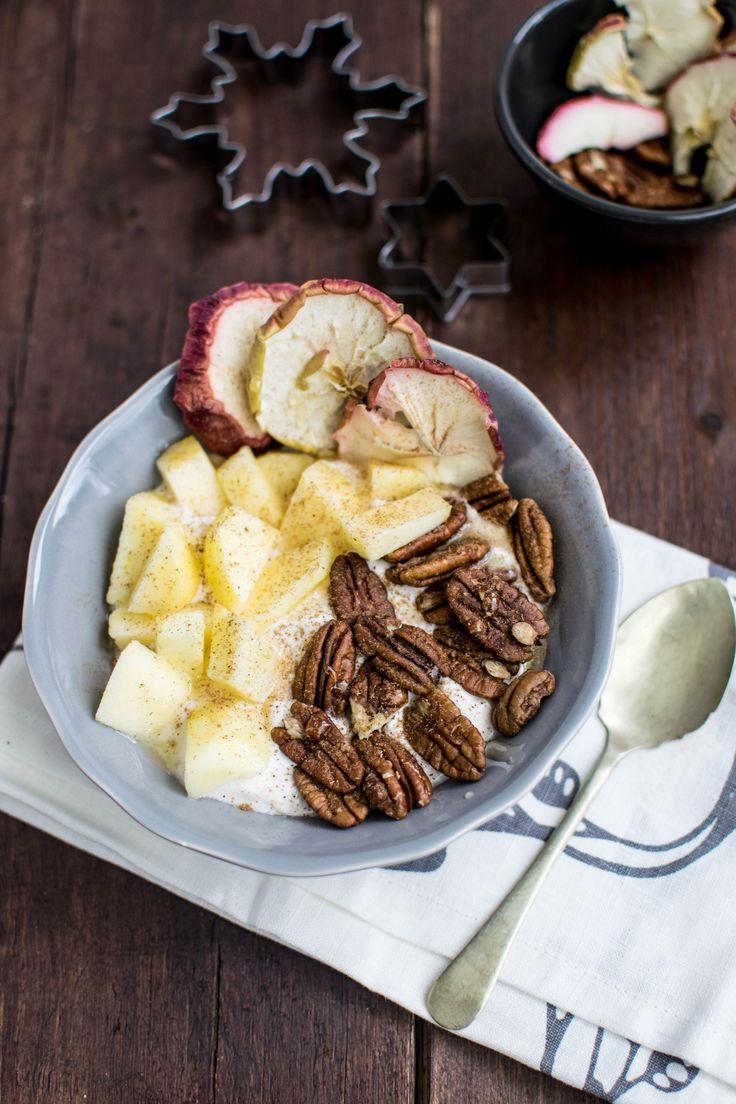 Jogurt grecki z przyprawami korzennymi, jabłkiem i orzechami pekan - zdrowe śniadanie. Greek yoghurt with spices, apple  and pecan - healthy breakfast.  http://takeasweet.com/jogurt-przyprawami-korzennymi-jablkiem-orzechami/