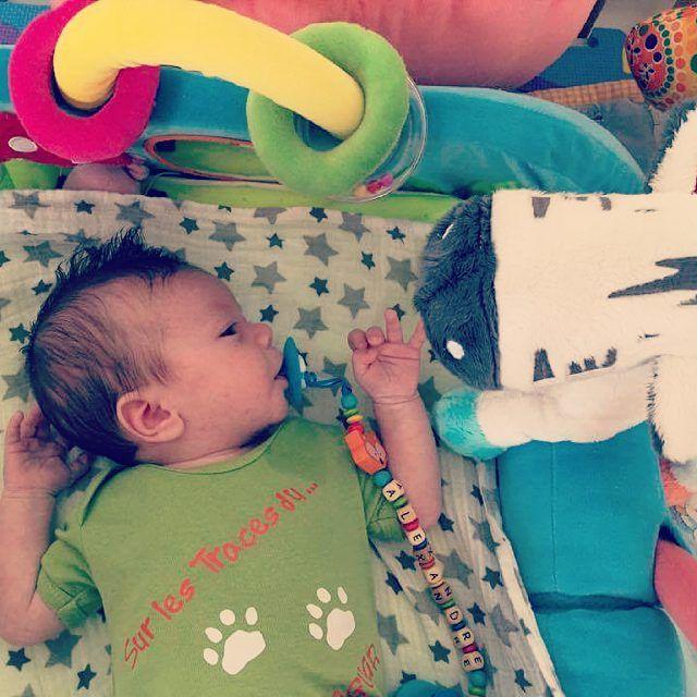 Alexandre, 1 mois, le petit frère de Lily-Rose découvre son ami le zèbre #orchestra de la Mumbox Zoo in the box. Merci à leur maman pour les photos #mumbox #zoo #peluche