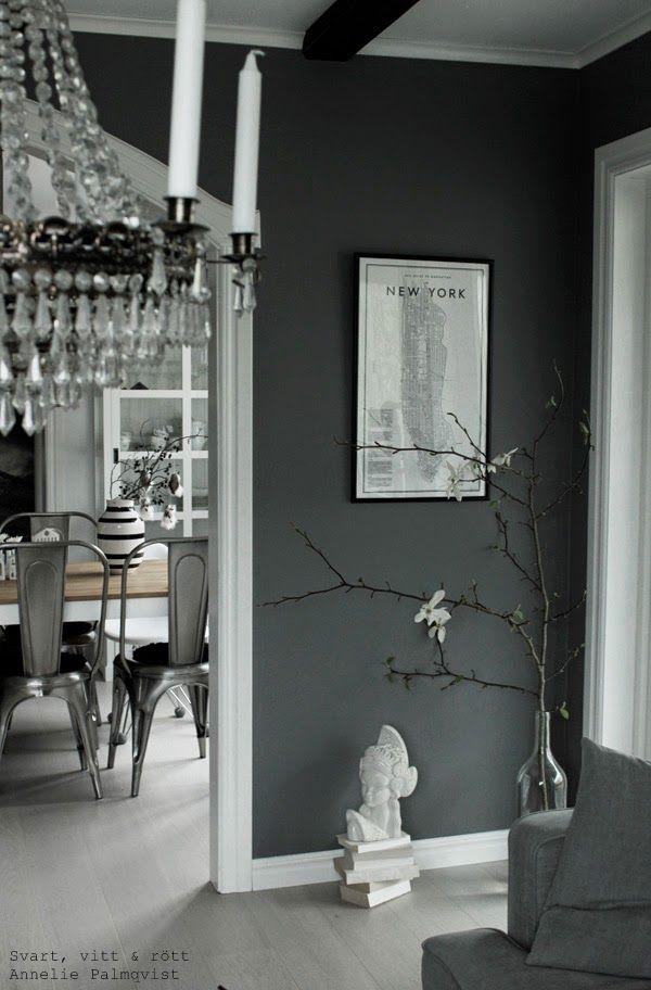 magnolia, japansk, trädgren, ta in naturen, vårtips, stor flaska för kvistar, magnoliakvist, gråmålade väggar, vit skulptur, randig vas, kähler, svart och vitt, svartvit randig, blommor, new york tavla, david ehrenståhle, matplats, matbord, stålstolar, tolix, vitt, vita, grått, grå, gråa, altandörr, vitrinskåp, vitt skåp, vardagsrum, matsal, vit parkett,