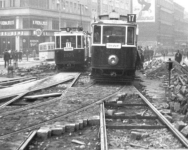 Kladení nových tramvajových kolejí z náměstí Republiky do ulice Na Poříčí (1930)