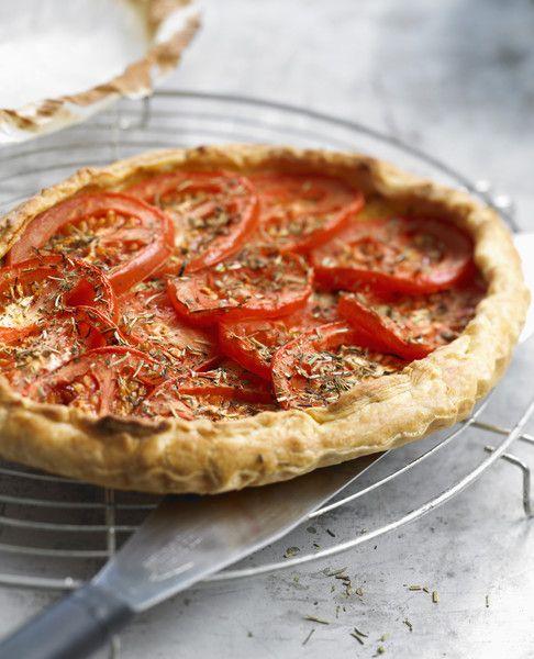 Recette Tarte légère thon et tomates :  Faites précuire la p,te (avec des haricots secs) 10 minutes à 180°C.Coupez les tomates en rondelles,épépinez-le...