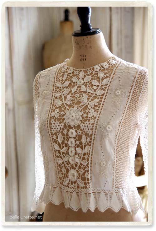 A customização em roupas sempre estão presentes e valorizam muito. Podemos fazer em camiseta, vestido, blusas, saia de praia, camisas, etc… Para quem faz crochê é fácil criar e customizar uma…